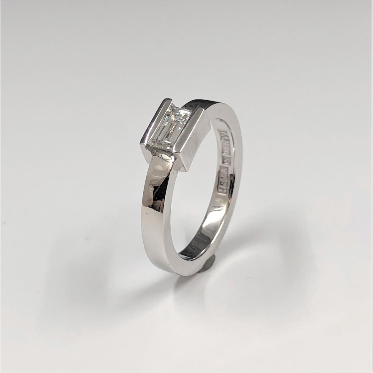 Avlång diamant, baugettslipning, vitguldsring, solitärring