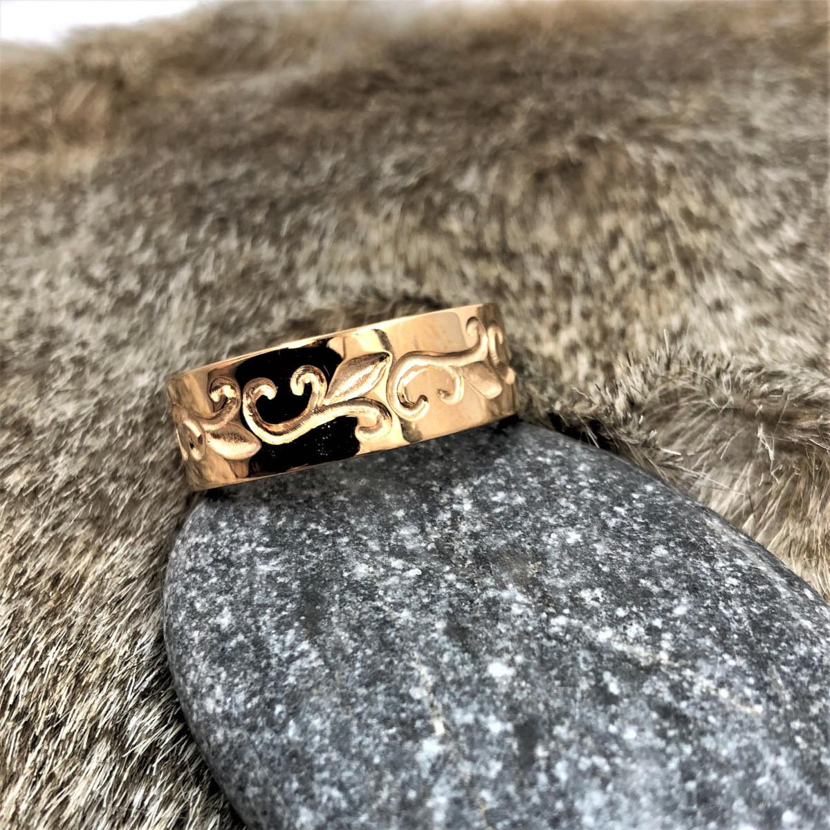 Guldring, graverad ring, snirklig ring