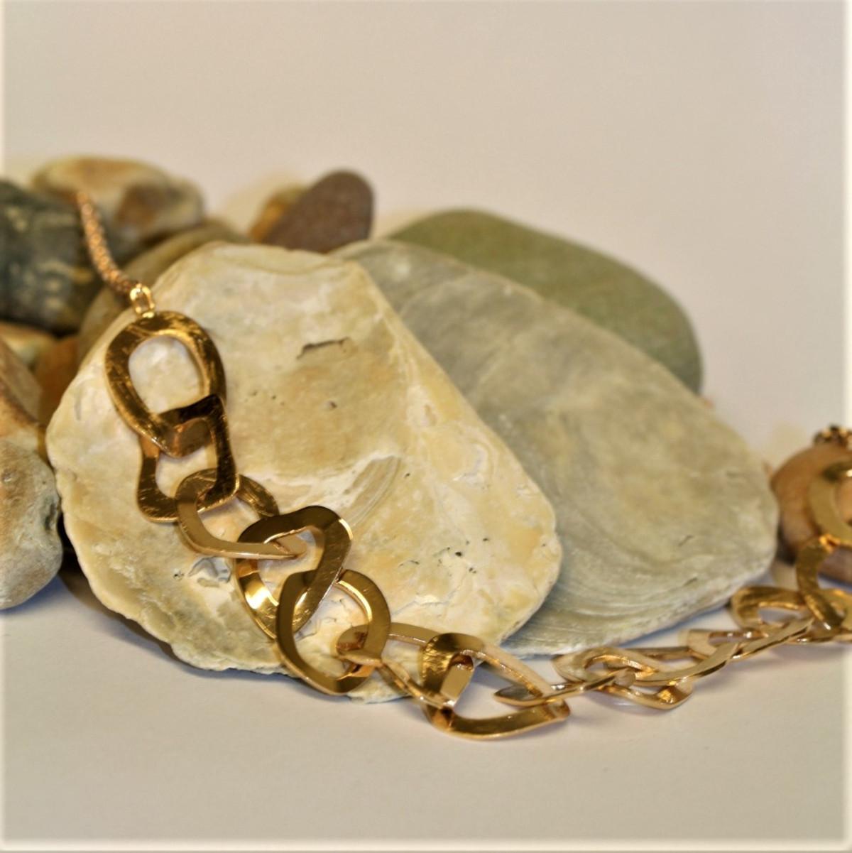 Omarbetning, guldsmycke, halsband i guld