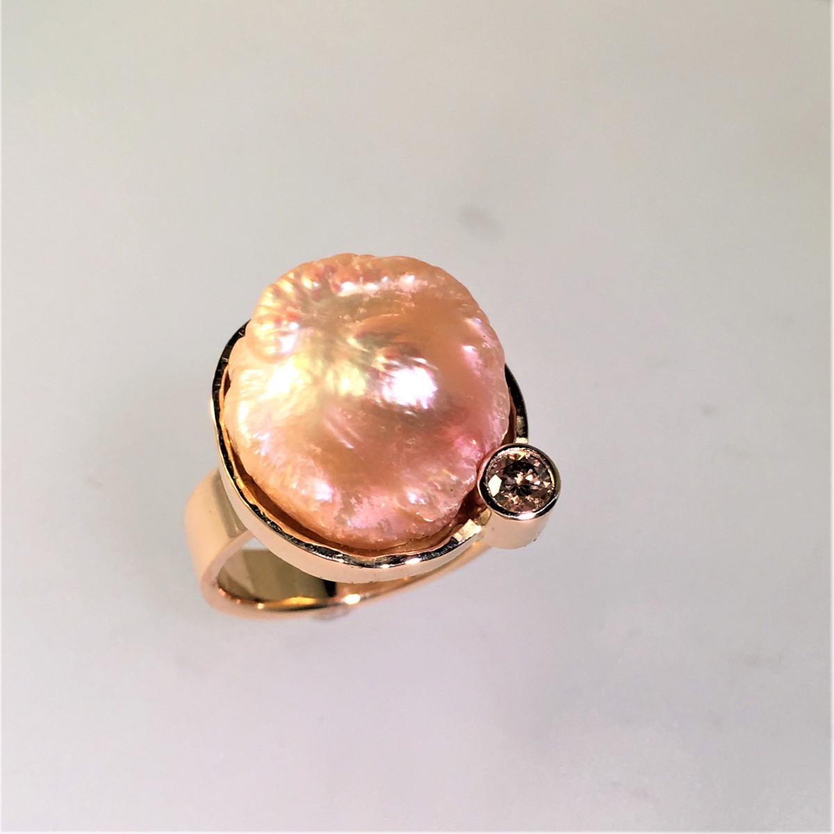Pärlring, aprikos pärla, bruna diamant