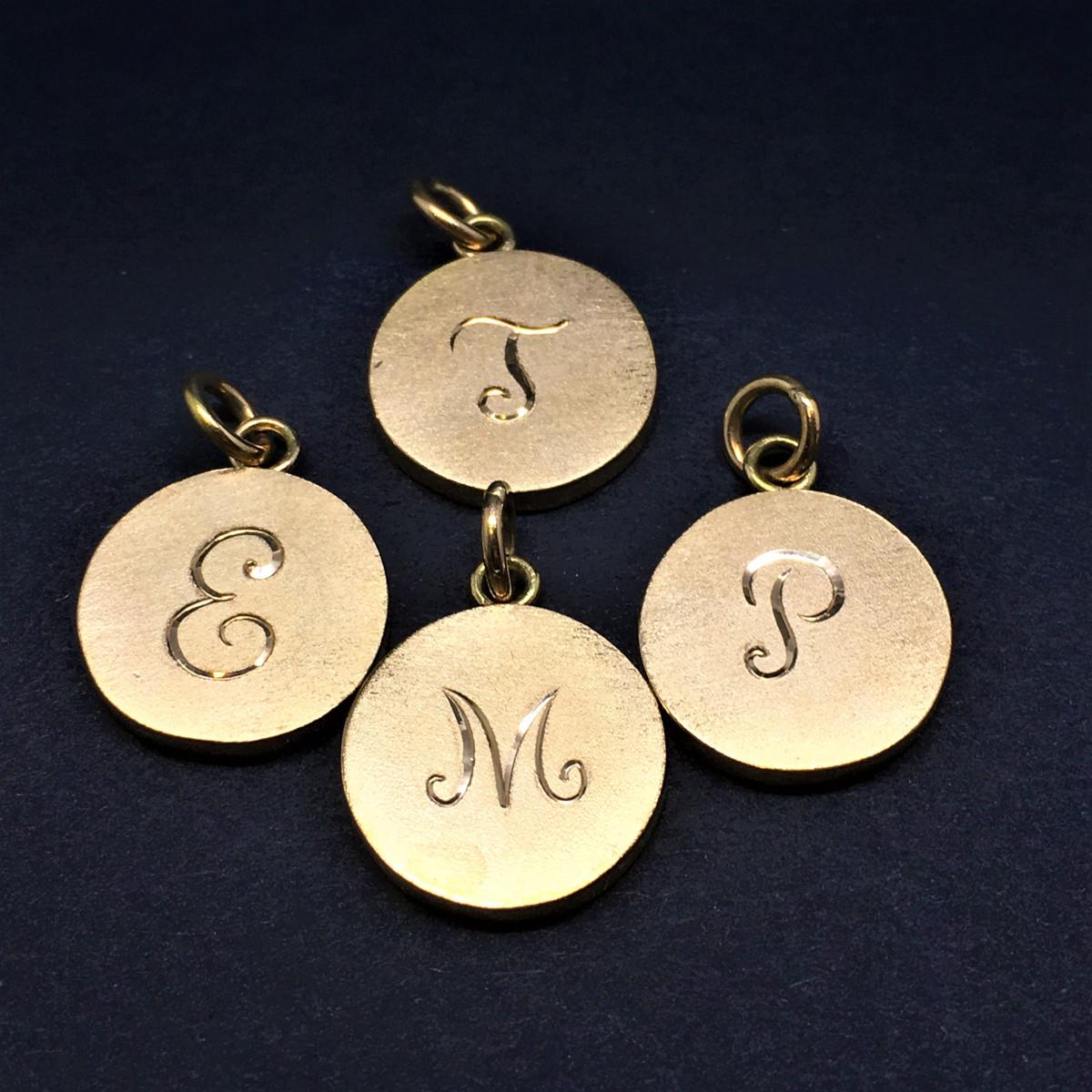 Handgravyr, bokstäver, personliga smycken