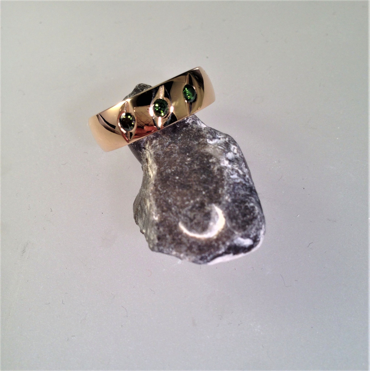 Diamantring, gröna diamanter, guldring