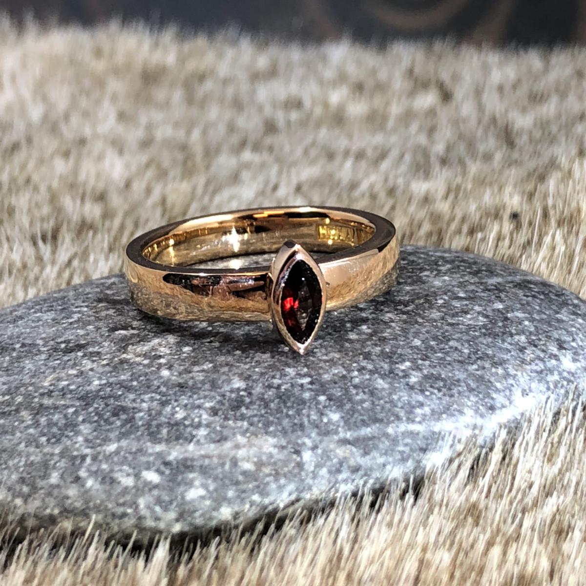 Rödguldsring, ring med röd sten, vigselring