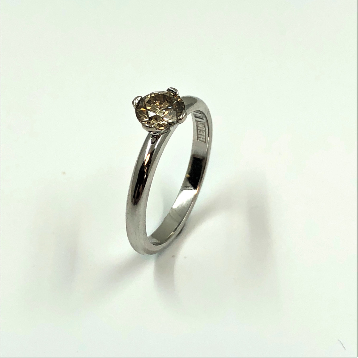 Vitguldsring, enstensring, brun diamant