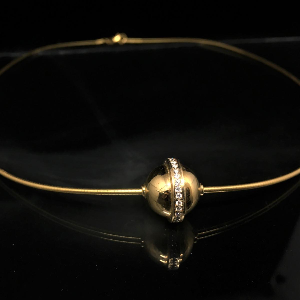 Guldhalsband halvstelt med boll med briljanter runt om