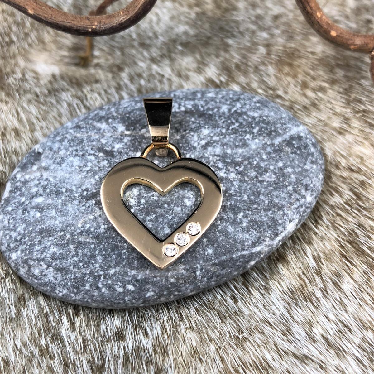 Hängsmycke i rött guld i form av hjärta med 3 st diamanter