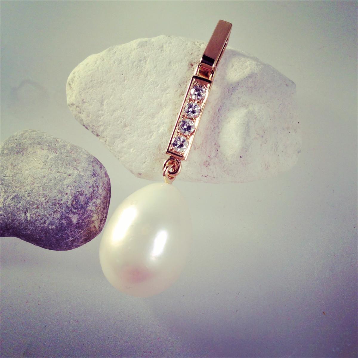 Guldhängsmycke med saltvattenspärla och diamanter
