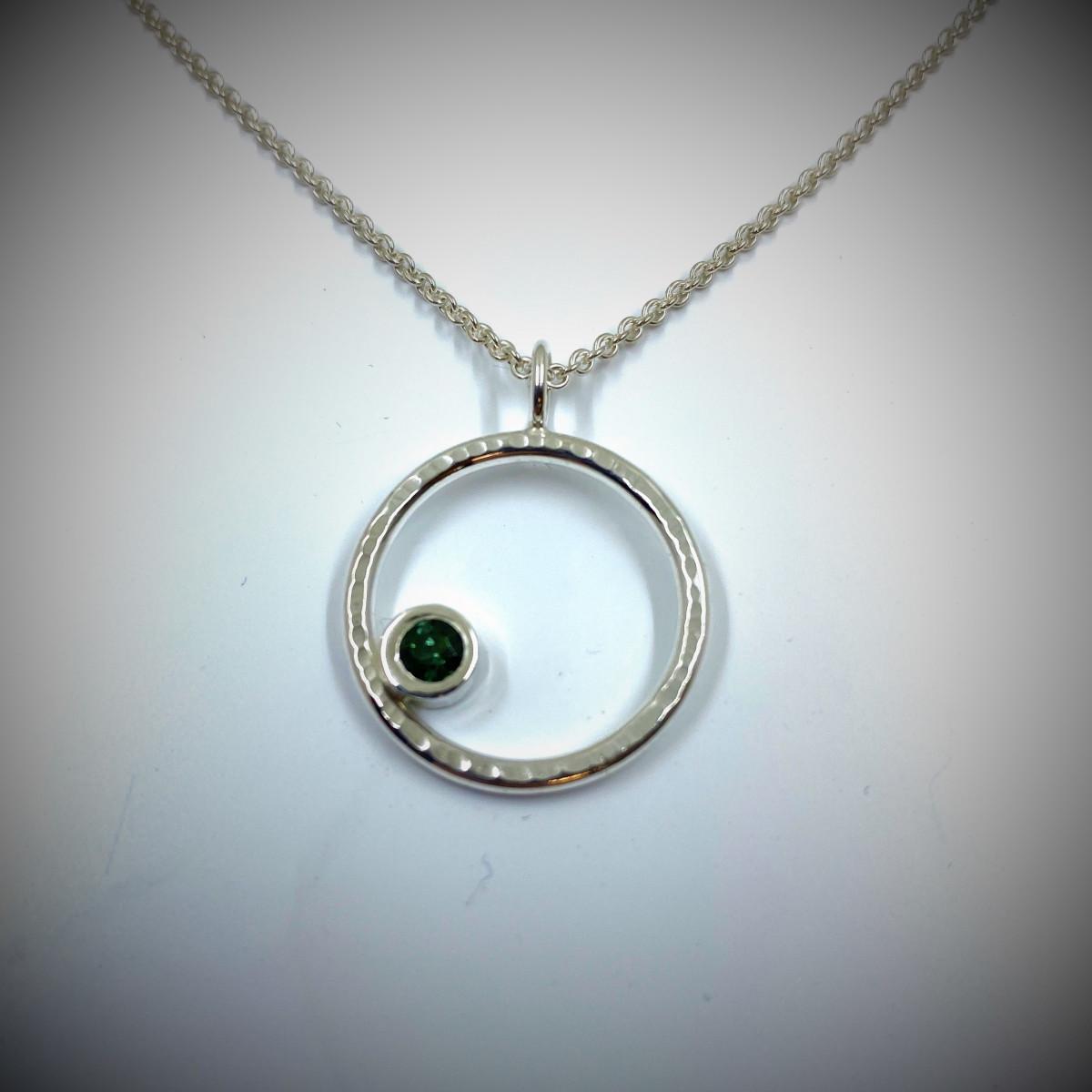 Silverhalsband från skogens guld med grön turmalin
