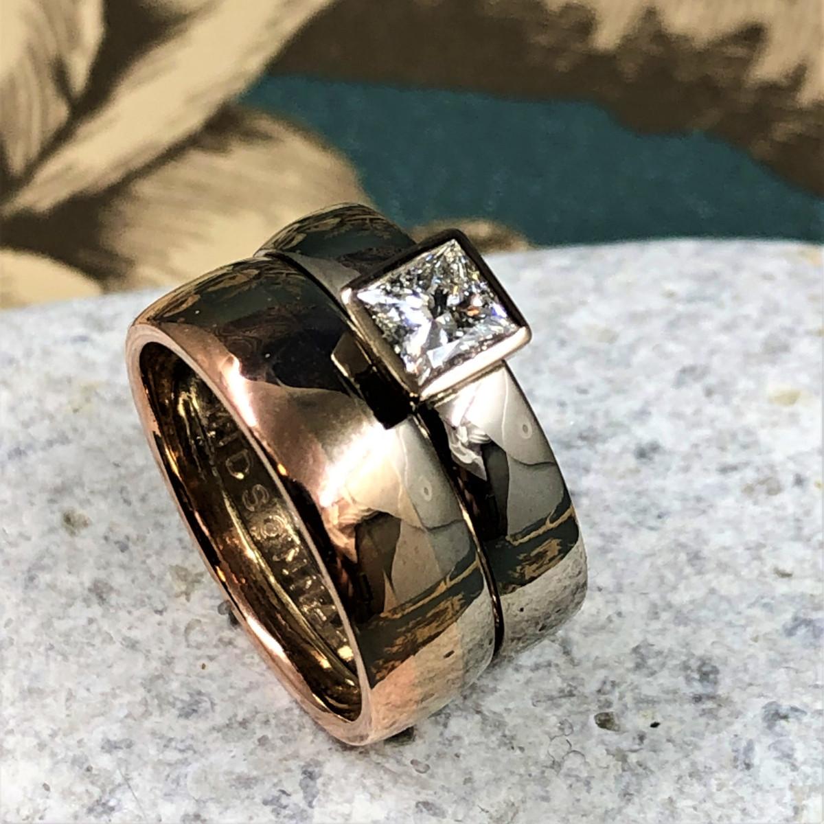 Sunsetring i 3 olika färger på guldet och ring med prinsesslipad diamant