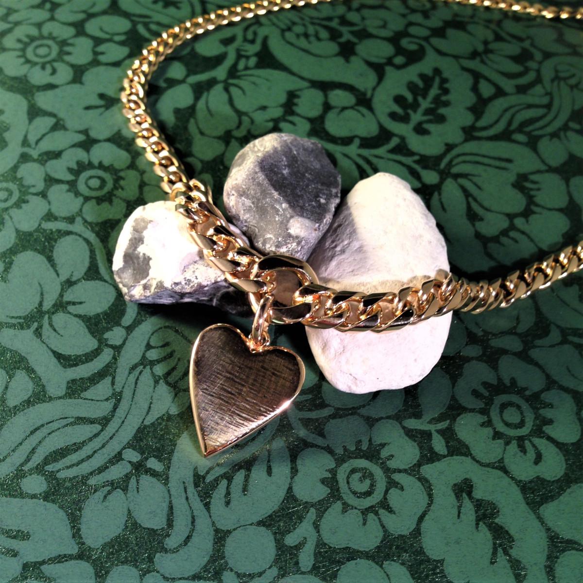 Guldhalsband i pansar med handgjort hjärta i guld