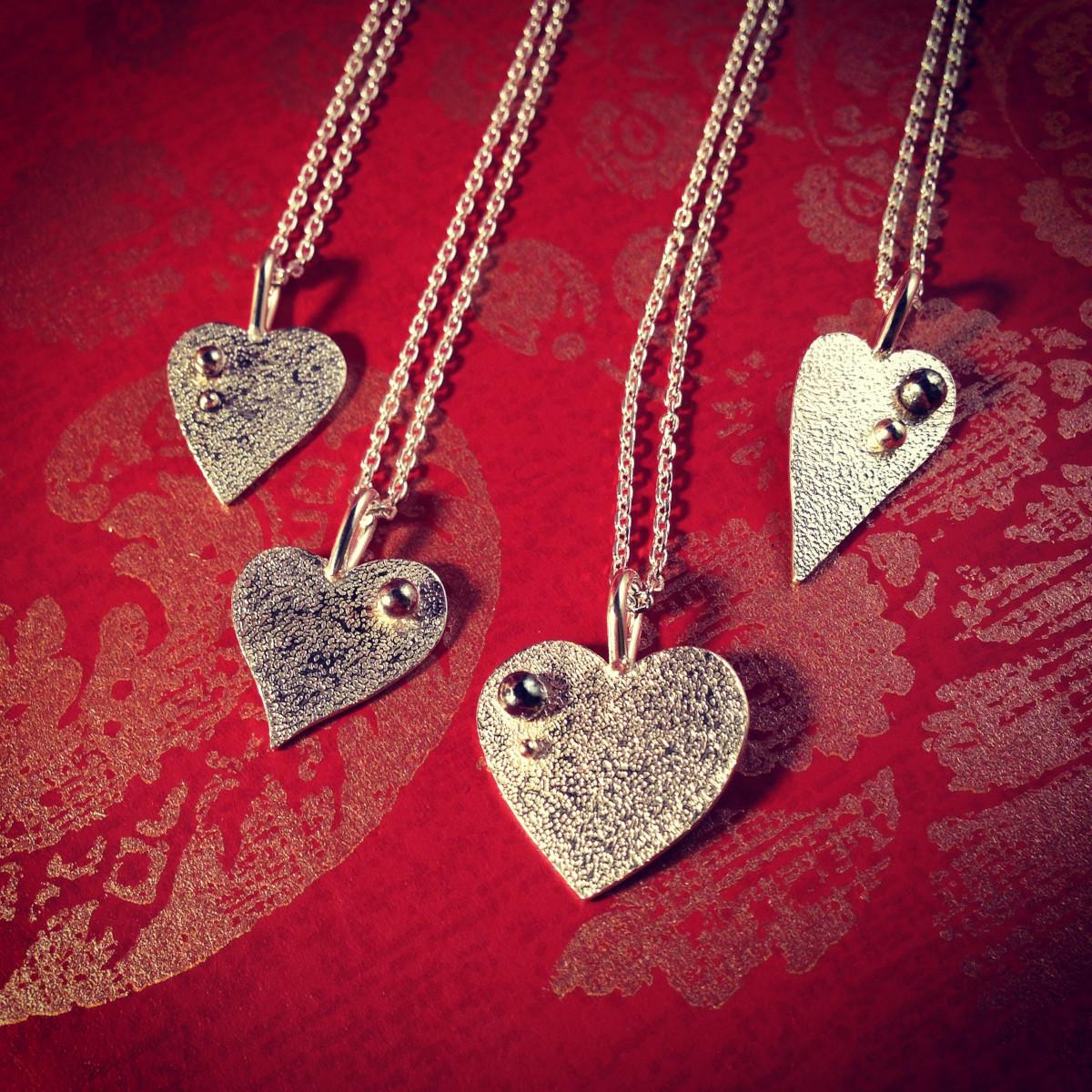 Hängsmycken i silver i form av hjärtan i olika former
