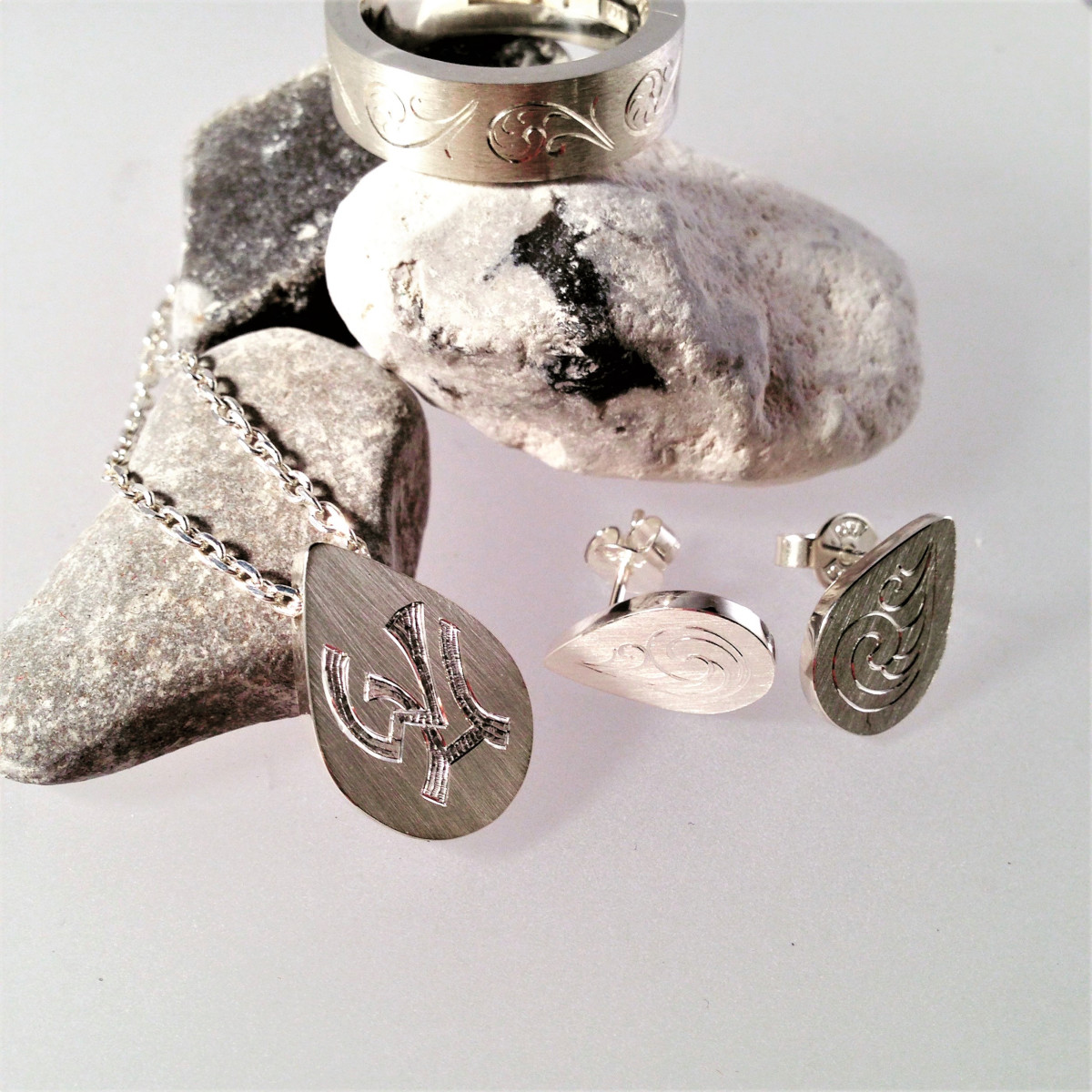 Silversmycken med gravyr, handgravyr
